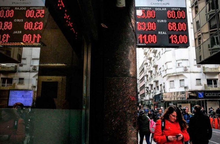 Información de cambio de divisas en una calle de Buenos Aires. RTVE