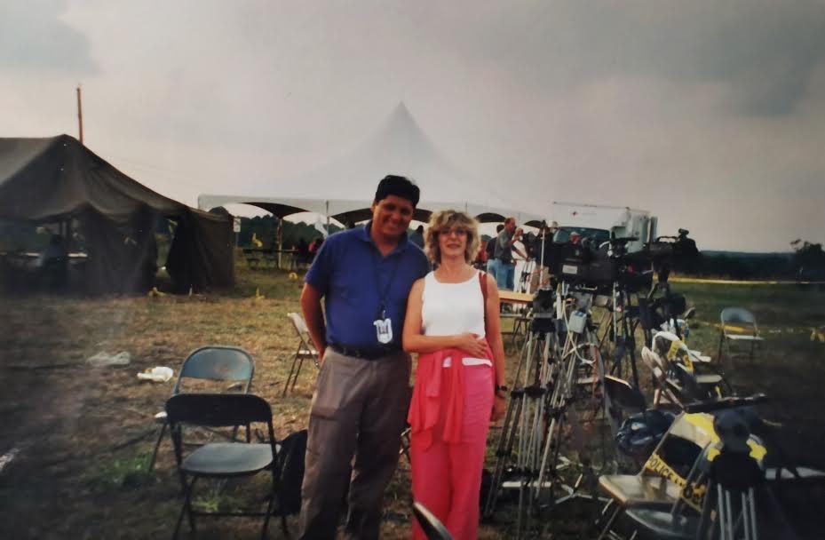 Nuestra colaboradora, en el lugar donde cayó el cuarto avión, con Juan Silva, el cámara chileno.