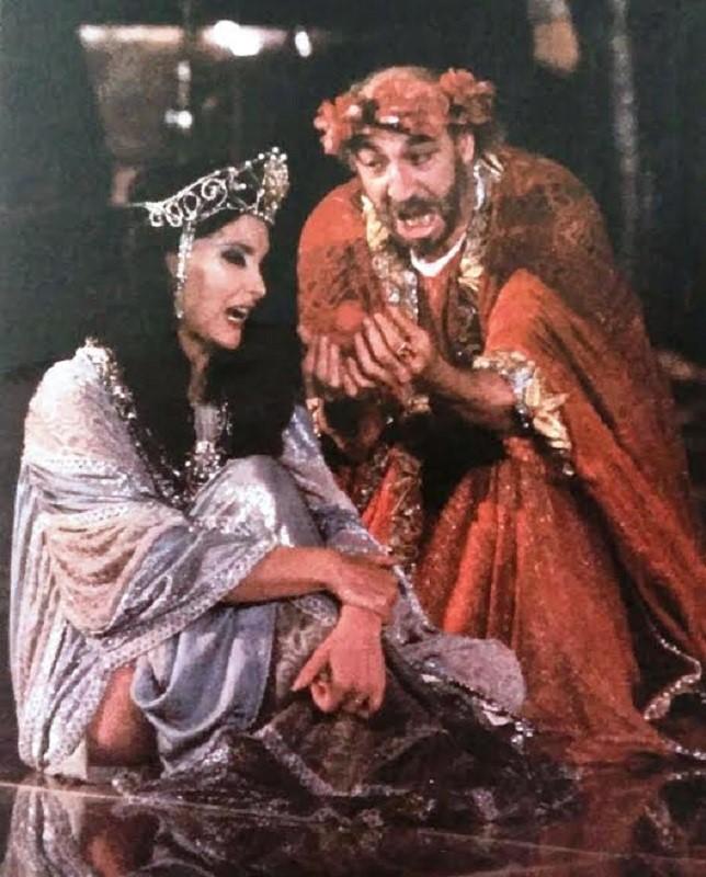 Escena de SALOMÉ de Oscar Wilde, que nada tiene que ver con el teatro grecolatino.