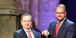 Farsa y tragicomedia. Cimarro recibe la Medalla de Extremadura.