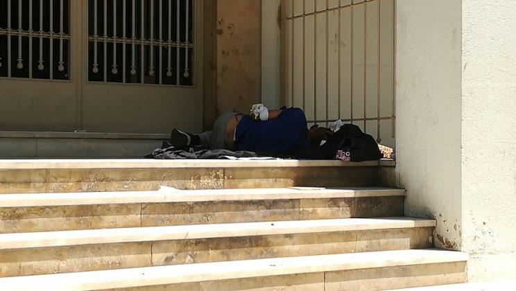 Los refugiados dispersos por Grecia soportan condiciones de vida infames.