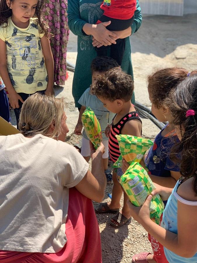 Repartiendo la ayuda humanitaria en un campo griego.