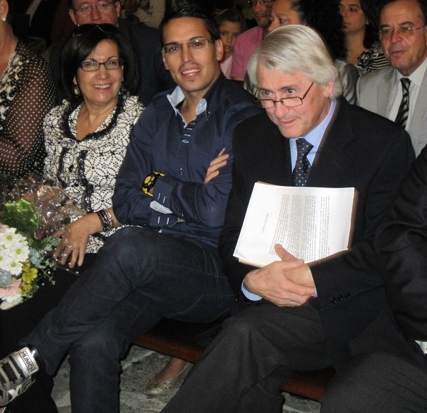 El poeta, con su mujer y uno de sus dos hijos en un acto de reconocimiento a su figura. PROPRONews