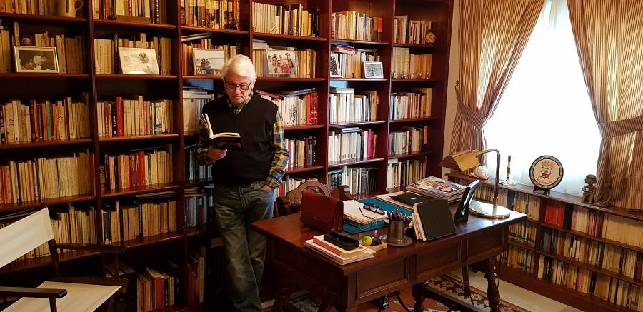 El poeta, en su estudio.