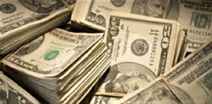 Los argentinos solo pueden comprar ahora entre 100 y 200 dólares por mes. CLARÍN