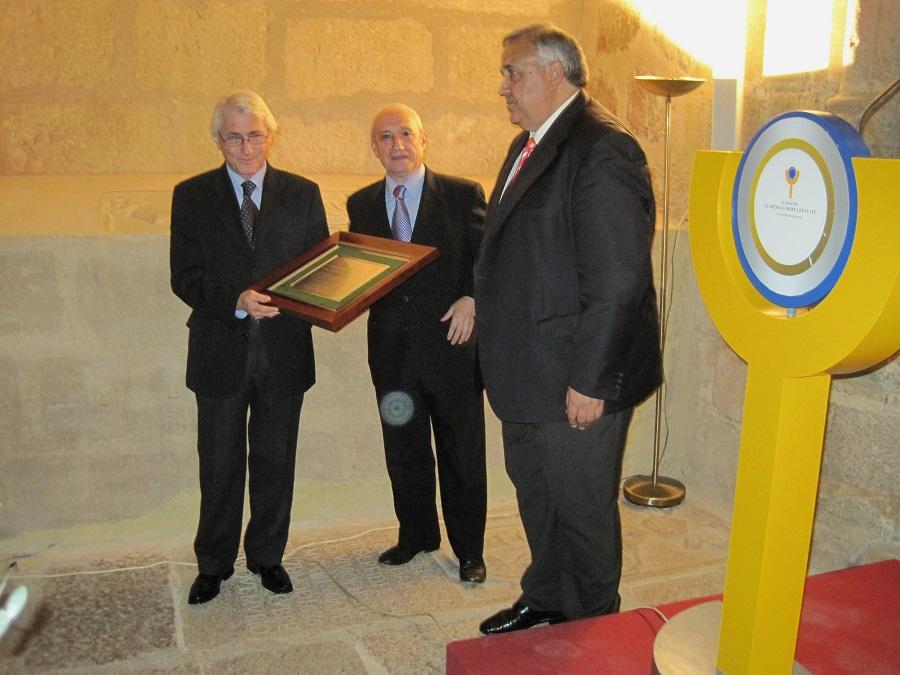 Recibiendo el homenaje que le tributó la Academia Europea de Yuste.
