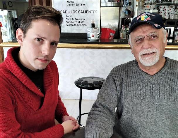 El autor, con Manuel Trejo, biógrafo de la artista que pidió para ella sin éxito la Medalla de Extremadura.