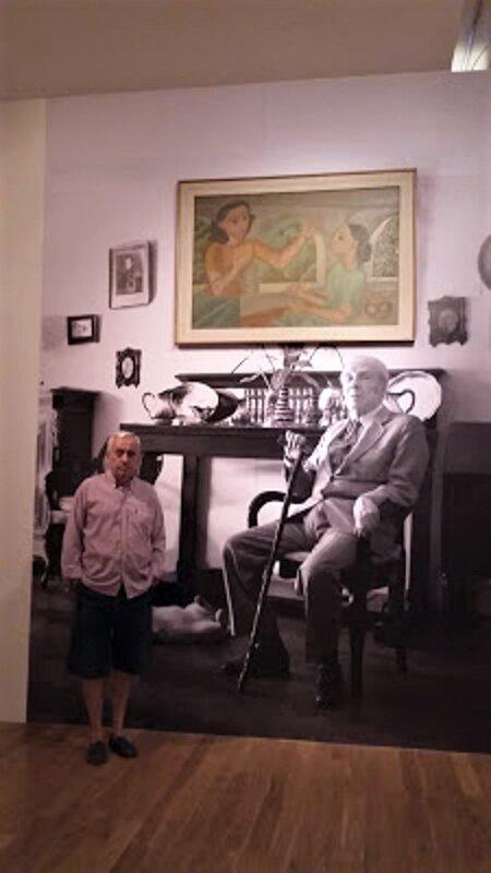 Nuestro corresponsal, ante una reproducción de la casa de Borges con un cuadro de Norah, que figura en la exposición. PROPRONews.