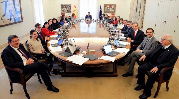 Primera imagen del nuevo gobierno reunido en consejo de ministros. RTVE