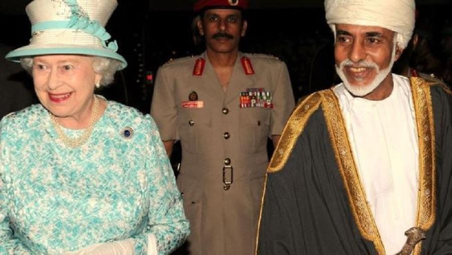 El sultán recientemente fallecido, con la incombustible reina de Inglaterra, la monarca más longeva del mundo. SULTANATO DE OMÁN