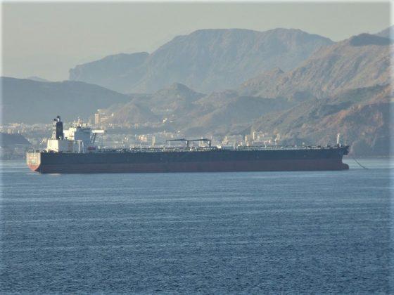 Enormes petroleros cruzan constantemente el estrecho de Ormuz. J.M. PAGADOR