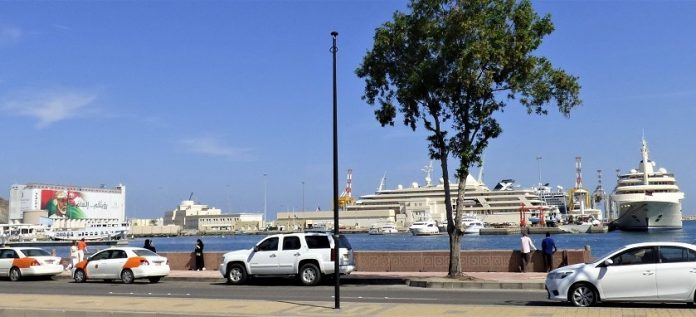 La efigie del sultán y sus dos superyates en el puerto de Mascate. J.M PAGADOR