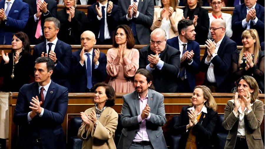 Pablo Iglesias aplaude al rey con expresión satisfecha. RTVE