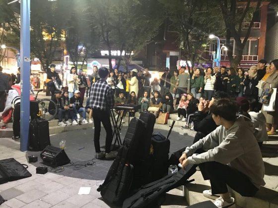 Músicos callejeros. La vida en Seul es muy animada.