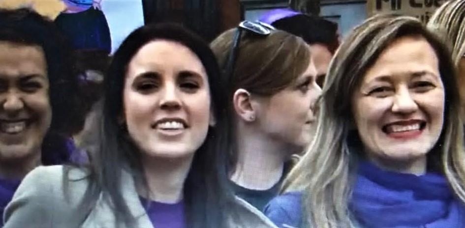 Con la juez Victoria Rosell, a la que abrazó y besó, en la manifestación PROPRONews