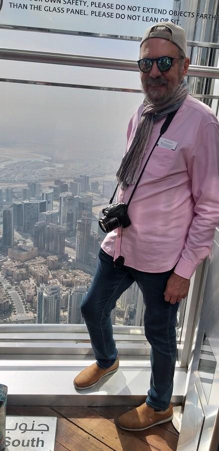 El autor, en el mirador del piso 124 del Burj Khalifa de Dubai, en plena crisis del coronavirus. PROPRONews
