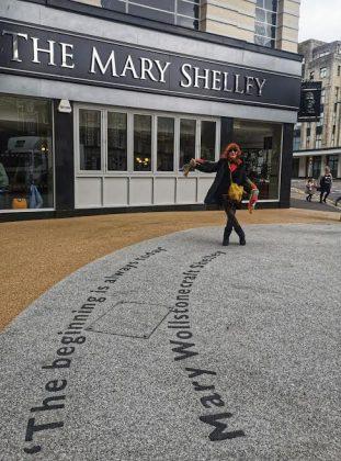 La autora, ante el pub que lleva el nombre de Mary Shelley. ELISA BLÁZQUEZ