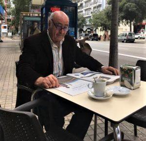 Juan Serna es un adicto lector de periódicos, especialmente de El País.