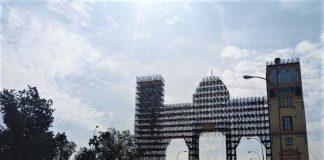Sevilla contiene la respiración, con la instalación de la Feria de Abril muy avanzada ya. PROPRONews
