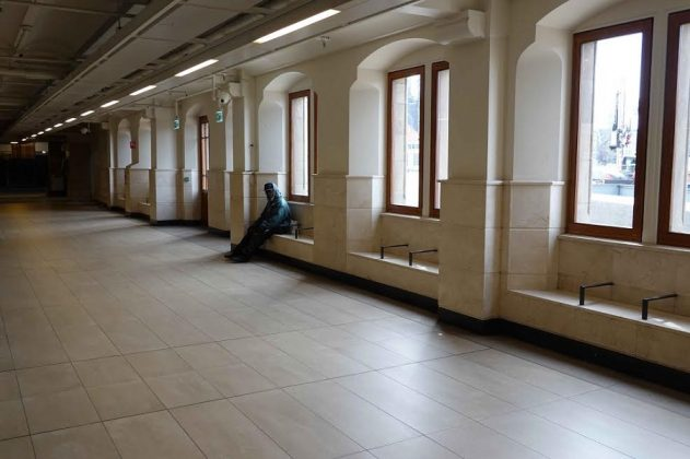 Espera en la Estación Central. CHEMA BUENECHEA