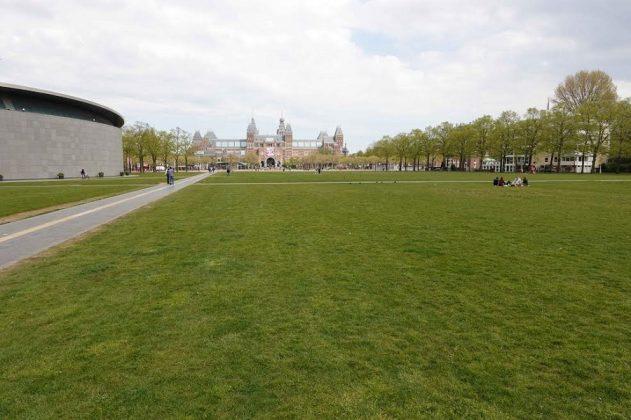 El parque en el entorno del Rijks Museum, habitualmente abarrotado y hoy semivacío. CHEMA BUENECHEA