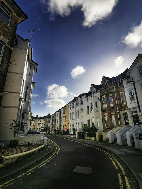Calle típica de Bournemouth, vista desde la ventana de la autora. ELISA BLÁZQUEZ