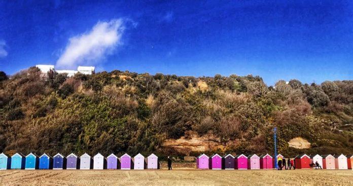 Casetas multicolores en la playa de Bournemouth. ELISA BLÁZQUEZ