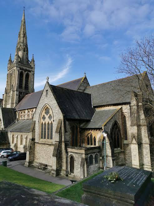Iglesia de St. Peter y su cementerio junto al pub Mary Shelley. ELISA BLÁZQUEZ