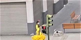 La chica del traje amarillo en la Feria imposible de 2020. J.M. PAGADOR