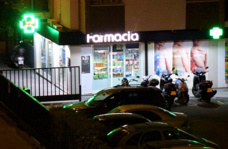 La farmacia de mi calle, fotografiada desde la terraza de casa por la noche. J.M. PAGADOR