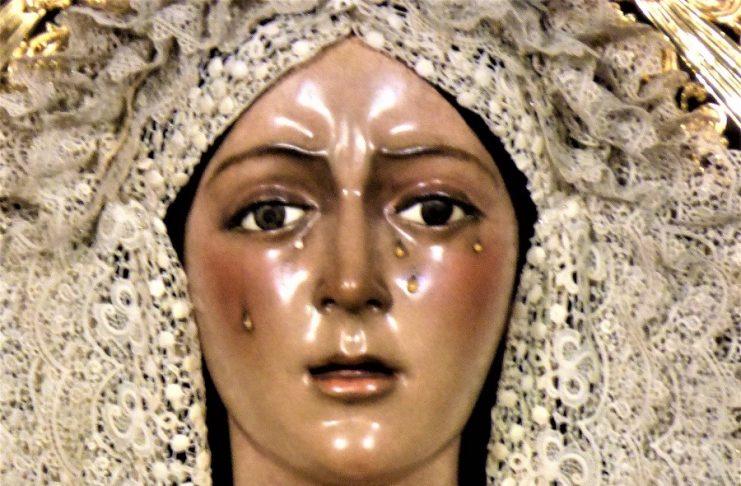 Primer plano de la Macarena, cuyo rostro lleno de lágrimas cobra este año especial significado. J.M. PAGADOR