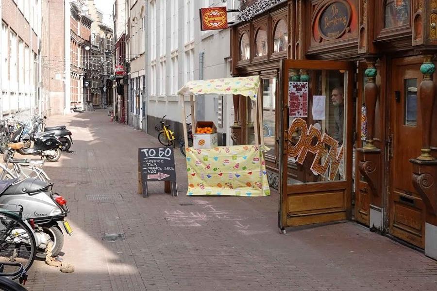 Tiendas y bares vacíos en calles desiertas. CHEMA BUENECHEA