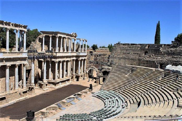 La angostura de las gradas y los accesos del teatro constituyen un riesgo específico del recinto. WIKIPEDIA