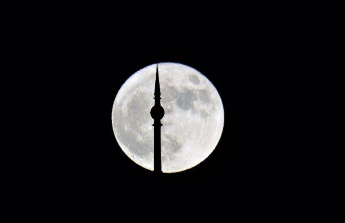 Superluna sobre la plaza de España de Sevilla. J.M. PAGADOR