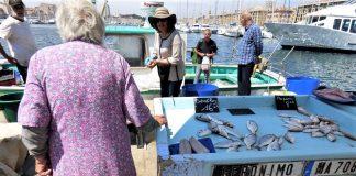Una anciana vendedora de pescado en Marsella. La mujer trabaja más y cobra menos que el hombre. J.M. PAGADOR