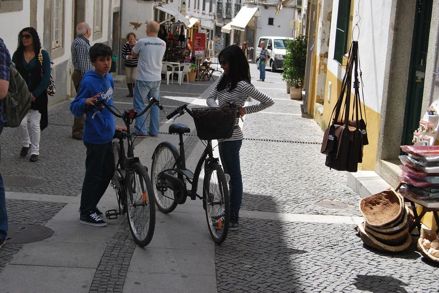 Educada convivencia desde niños. Una calle de Évora. J.M. PAGADOR