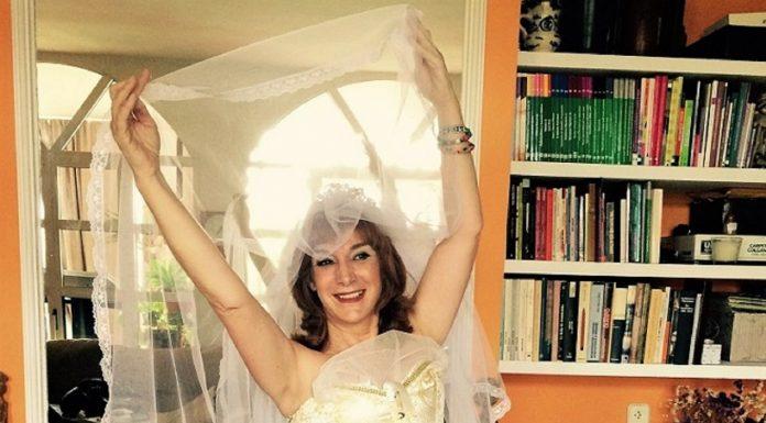 La autora el día que se casó consigo misma, mucho antes de la pandemia y como si la vaticinara.
