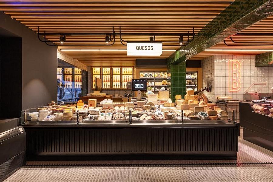 La sección de quesos y, detrás, la sala de catas. RUBÉN GIL