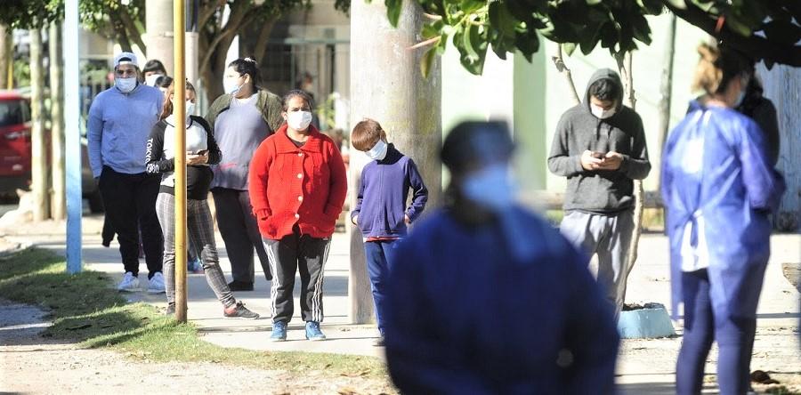 Una fila de dos cuadras de personas con síntomas de coronavirus. C.P.