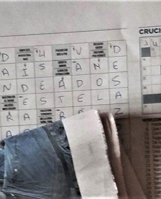 Algunos usuarios pasan horas ante un periódico que luego leerán otras personas. PROPRONews