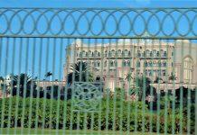 Fachada del hotel donde ahora vive un rey prisionero de sus propios excesos. J.M. PAGADOR