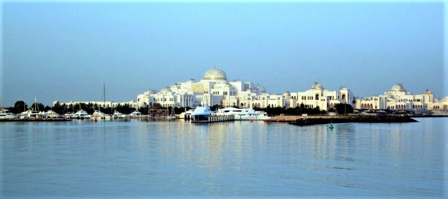 Palacio presidencial de Abu Dabi, lindante con el hotel de Juan Carlos, visto desde el mar. PANORAMIO