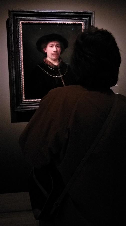 Rembrandt y una visitante se observan mutuamente. J.M. PAGADOR