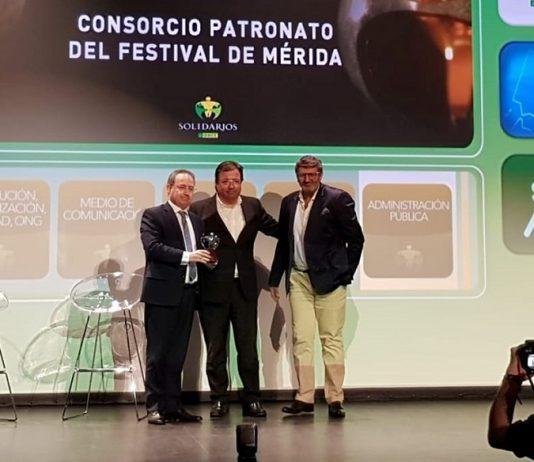 Cimarro y Pedro Blanco, flanqueando al presidente de laJunta de Extremadura en un acto. FACEBOOK