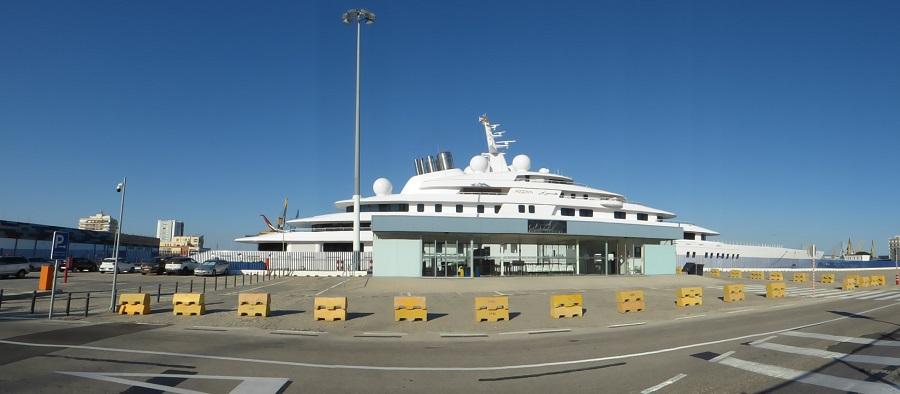 El barco ocupa buena parte del muelle urbano, junto a la terminal de cruceros. J.M. PAGADOR