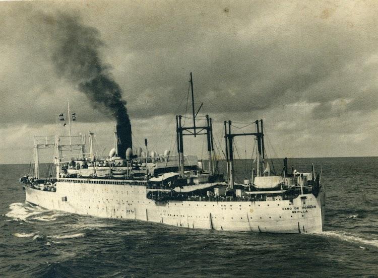 El vapor CABO DE HORNOS en el que el autor y su familia llegaron a Montevideo. VIDA MARÍTIMA