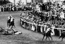 Momento de la muerte de Emily Wilding Davison al ser arrollada por los caballos.