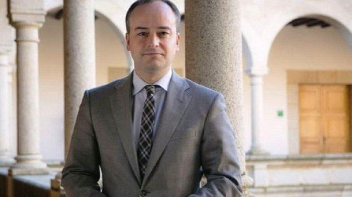 Redondo en su época de gurú de Monago fotografiado en la presidencia de la Junta extremeña.