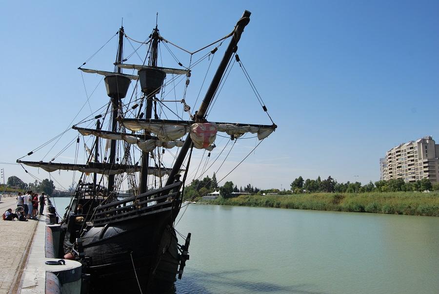 Réplica de la nao Victoria atracada en el puerto de Sevilla. J.M. PAGADOR