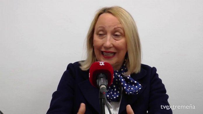 Trinidad Nogales, directora del Museo y mujer del anterior director al que ahora premia. TVEX
